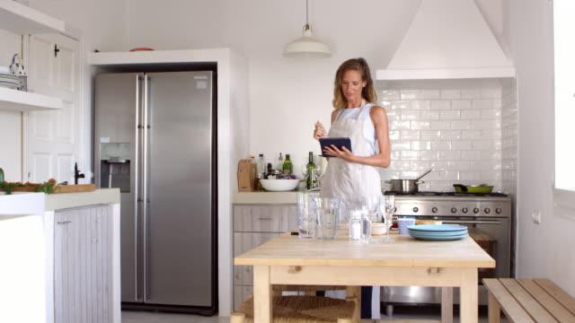Femme trouver la recette et la préparation d'aliments, jump cut séquence tourné sur R3D - Vidéo
