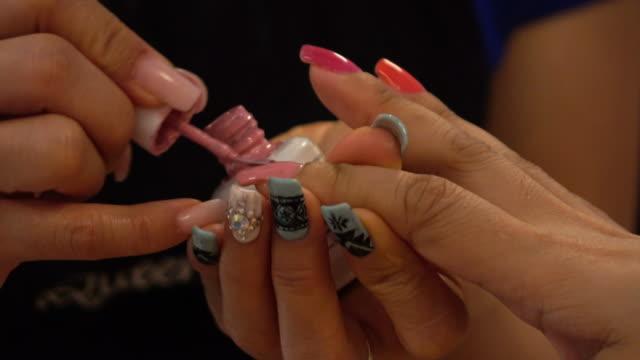 женщина в салоне красоты ноготь на руке маникюр - ноготь на руке стоковые видео и кадры b-roll