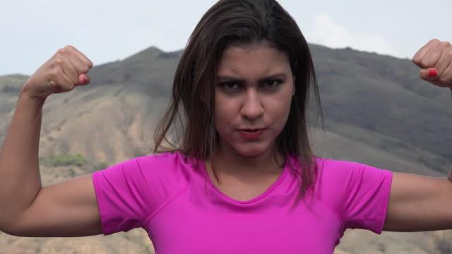 kobieta dostosowania biceps mięśnie - napinać mięśnie filmów i materiałów b-roll