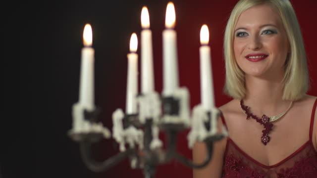 dolly hd: donna flirtare nel corso di una cena romantica - rossetto rosso video stock e b–roll