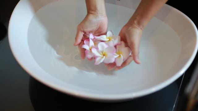vídeos y material grabado en eventos de stock de flor flotante de la mujer en el lavabo - medicina holística