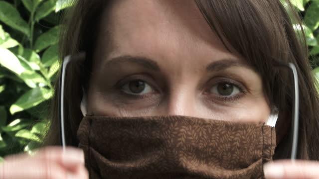 frau fogs up brille beim tragen gesichtsmaske - brille stock-videos und b-roll-filmmaterial