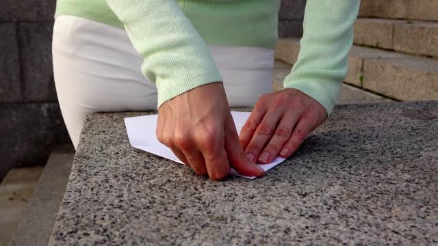 vidéos et rushes de avion en papier origami blanc femme pli - étudiant(e)