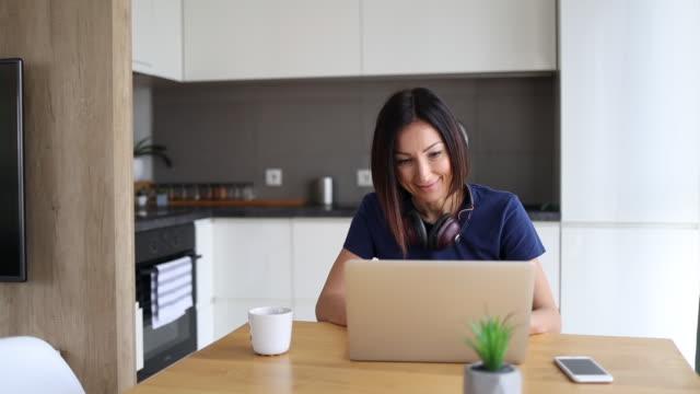 vídeos y material grabado en eventos de stock de mujer freelancer en casa - cocina doméstica