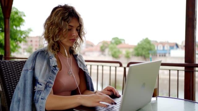 vídeos de stock e filmes b-roll de woman freelancer working outdoors - só mulheres jovens