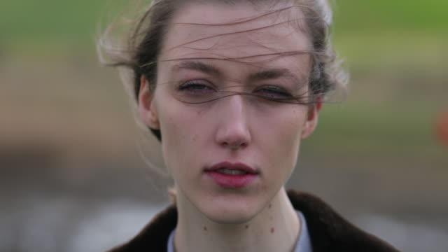 donna che guarda - spettinato video stock e b–roll