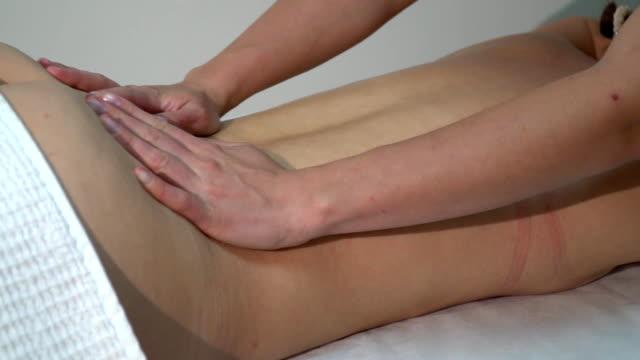 Eine Frau streichelte sanft ihren Rücken während einer massage – Video