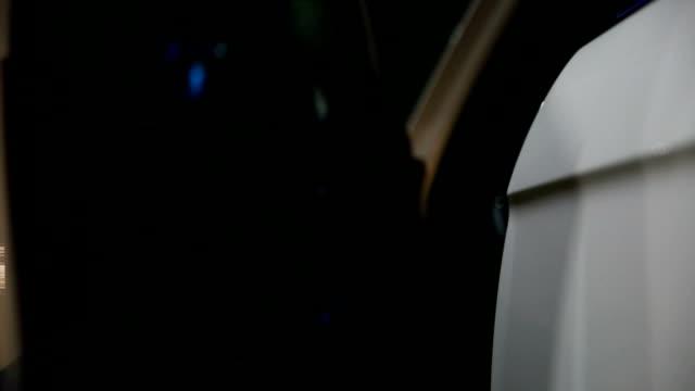 vídeos y material grabado en eventos de stock de mujer entrar en un coche por la noche - manija