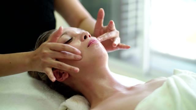 vídeos de stock e filmes b-roll de woman getting a body massage - tratamento em spa