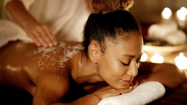 kadın salonda rahatlatıcı bir masaj alma - i̇nsan sırtı stok videoları ve detay görüntü çekimi