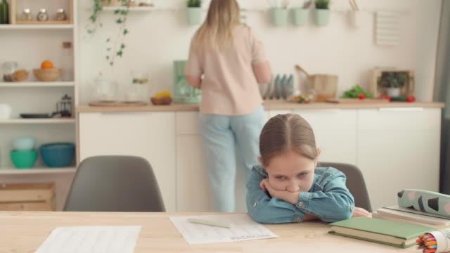 женщина становится сердитым при проверке дочь домашнее задание - covid testing стоковые видео и кадры b-roll