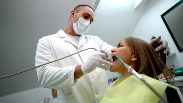 女性の歯の治療を取得 - 歯科医師点の映像素材/bロール