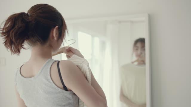 女性の家で服を着るします。 - 着る点の映像素材/bロール