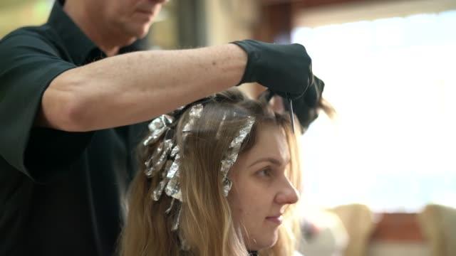 frau, ihr haar gefärbt im salon - haartönung stock-videos und b-roll-filmmaterial