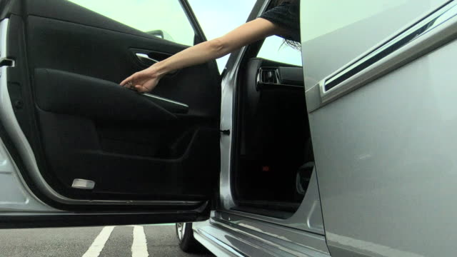 woman getting into the car - entrata video stock e b–roll