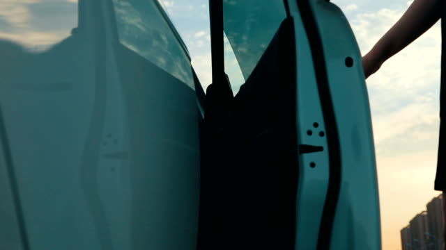 車に入る女性 - 入る点の映像素材/bロール