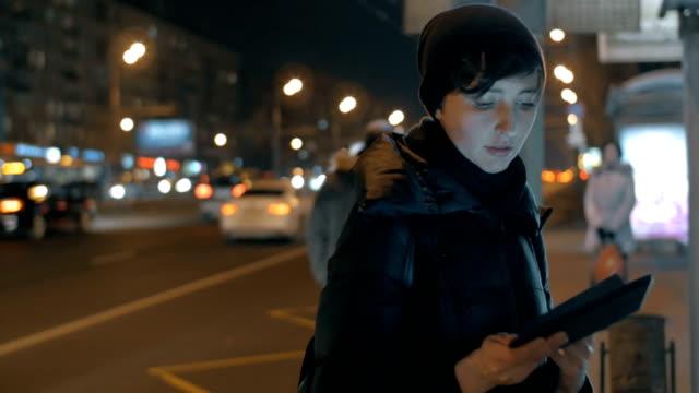 stockvideo's en b-roll-footage met vrouw krijgen op de bus aangekomen bij de halte van het openbaar vervoer - bushalte