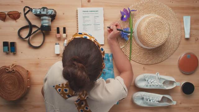 donna che si prepara per il viaggio estivo - to do list video stock e b–roll