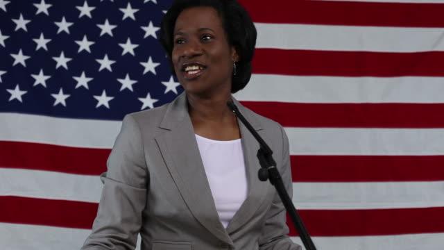 Femme donne son discours politique - Vidéo