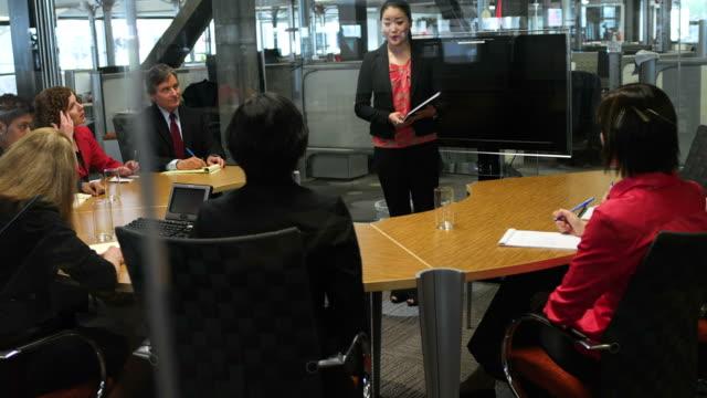 vídeos de stock e filmes b-roll de mulher dá apresentação - envolvimento dos funcionários