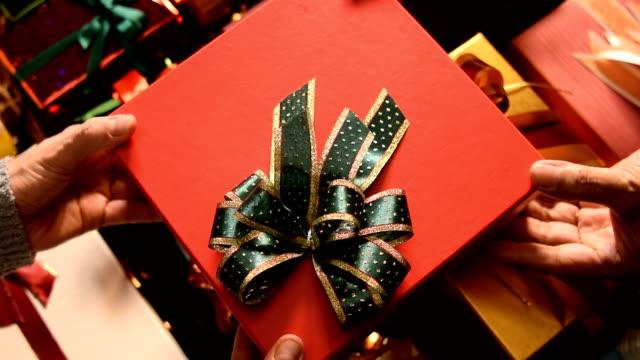 사람에 게 크리스마스 선물을 주는 여자 - ribbon 스톡 비디오 및 b-롤 화면