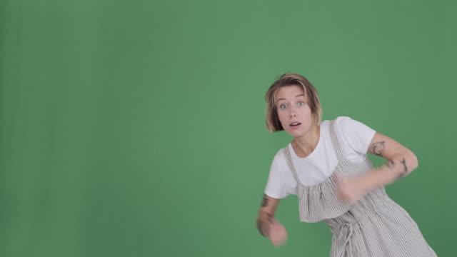 kadın jest kadar başparmak veren ve yeşil arka plan üzerinde kayboluyor - thumbs up stok videoları ve detay görüntü çekimi
