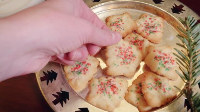 vidéos et rushes de femme attrape un biscuit de noël une plaque en 4k - saint nicolas