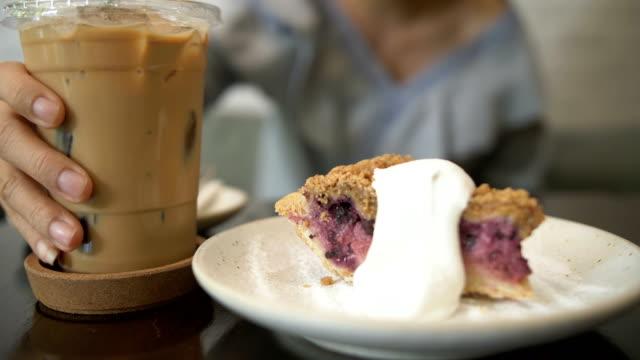 vídeos de stock e filmes b-roll de cu : woman hand grab a coffee in a cafe - café gelado