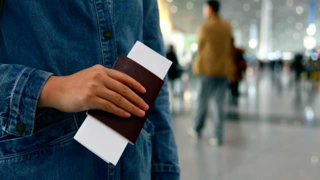 空港でパスポートを持つ女性の手 ビデオ