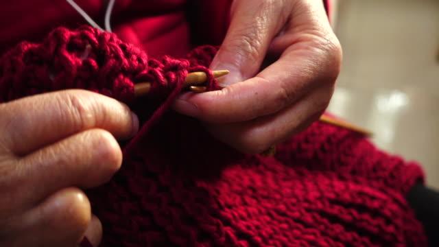 woman hand knitting - шарф стоковые видео и кадры b-roll