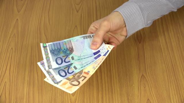 kvinnan hand betala euro sedlar för människor. 4k - dirty money bildbanksvideor och videomaterial från bakom kulisserna
