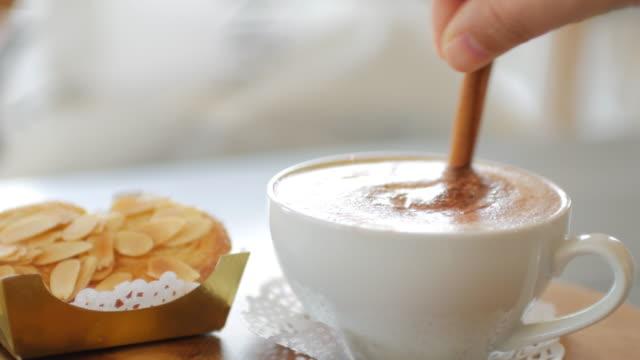 frau hand nehmen sie einen kaffee, erholsame zeit in kaffee café - cappuccino stock-videos und b-roll-filmmaterial