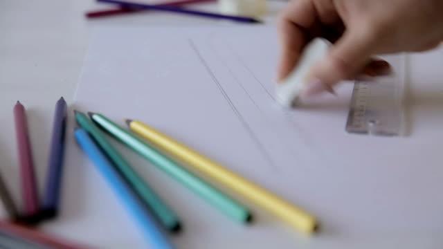 vídeos de stock e filmes b-roll de woman hand using eraser,close up - remover