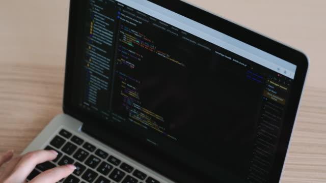 kadın eller ekran dizüstü bilgisayar, web, geliştirici html ve programlama kodlama. - www stok videoları ve detay görüntü çekimi