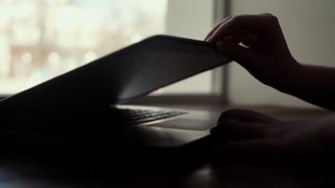 婦女手以慢動作打開靠近窗戶的筆記本電腦特寫蓋 - laptop 個影片檔及 b 捲影像