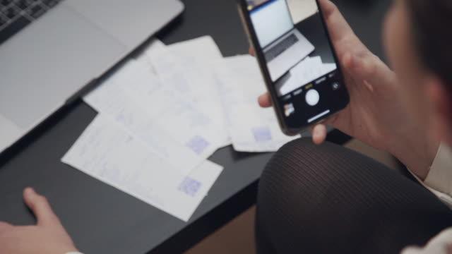 女性の手は、スマートフォンでチェックのqrコードをスキャン - 医療用スキャン点の映像素材/bロール