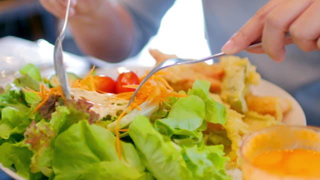 frau hände zu nehmen, ein salat, gesunde ernährung - salat speisen stock-videos und b-roll-filmmaterial