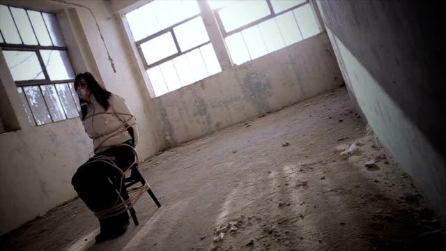 vídeos y material grabado en eventos de stock de manos de mujer ataron con cuerda de desaparecidos secuestrados, abusados, rehén, trata de seres humanos - human trafficking