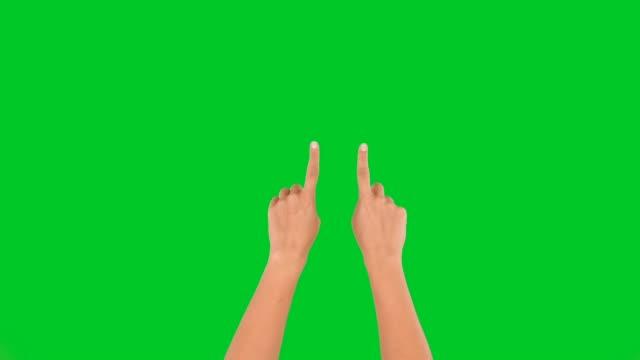 stockvideo's en b-roll-footage met 4k vrouw handen touchscreen zoom in en uit op groen scherm - hand pointing