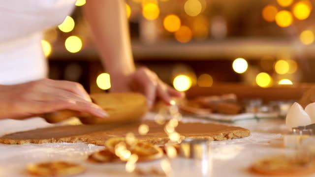 donna le mani. tradizionale fatto in casa dolce di natale - christmas cooking video stock e b–roll