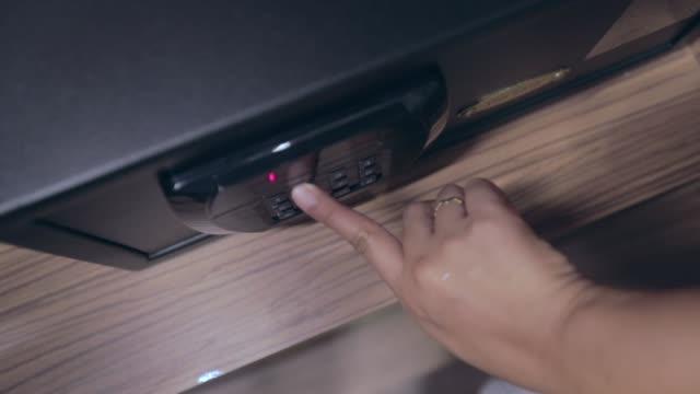 ホテルの部屋、スローモーションで安全に組み合わせをロックする女性の手 - こっそり点の映像素材/bロール