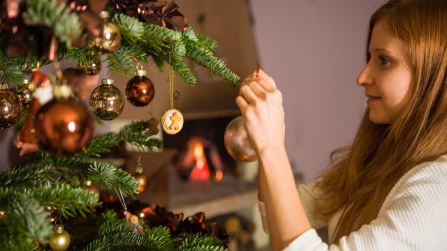 Frau Weihnachtsschmuck am Baum hängen – Video