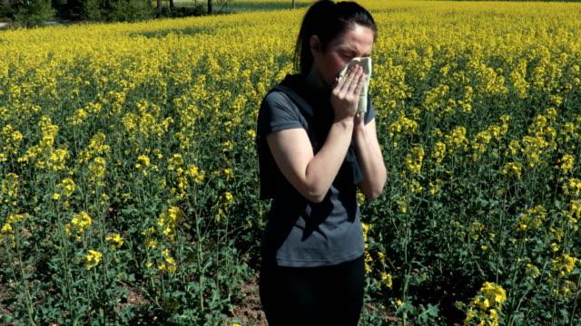 kvinnan har allergiska reaktioner mot vår blommor, pollen, ragweed. säsongsbunden växt allergi koncept - pollen bildbanksvideor och videomaterial från bakom kulisserna