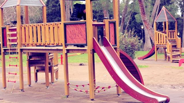 女性楽しいには、お子様用スライドステアズ機器 - 階段点の映像素材/bロール