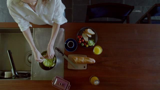 vidéos et rushes de femme prenant son petit déjeuner à la maison. - cuisine non professionnelle