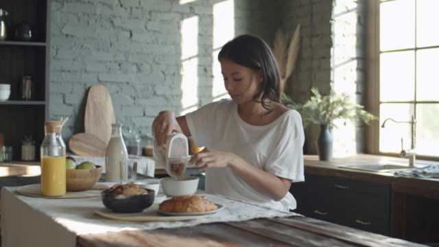 frau beim frühstück - frühstück stock-videos und b-roll-filmmaterial