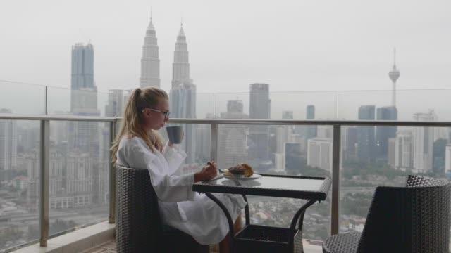女性の朝食 ビデオ