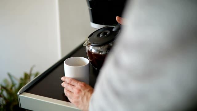 stockvideo's en b-roll-footage met vrouw onder kopje koffie na de douche - sober leven