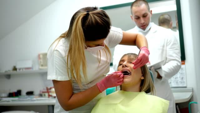 歯科検診を持つ女性 - 歯科医師点の映像素材/bロール