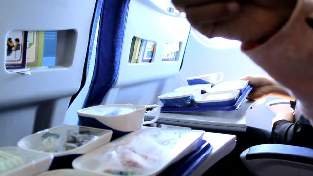 가진 여자 중식 비행기 - airplane seat 스톡 비디오 및 b-롤 화면